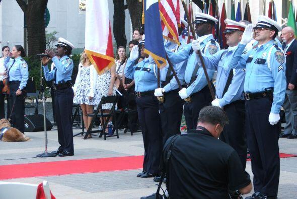 El acto dio inicio con el juramento a la bandera y la entonación del him...