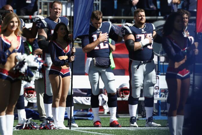 Así estuvieron los jugadores de los Patriots durante el himno de Estados...