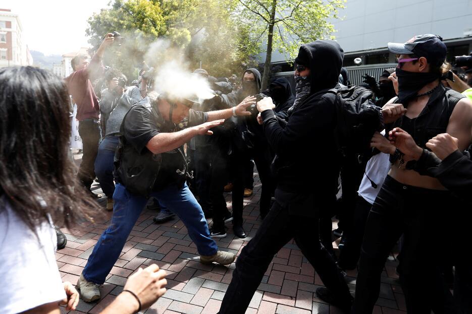 Los enfrentamientos comenzó cuando ambos grupos cruzaron una vaya de plá...