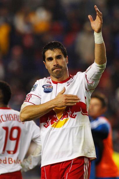 El goleador colombiano Juan Pablo Angel saludando a los aficionados neoy...