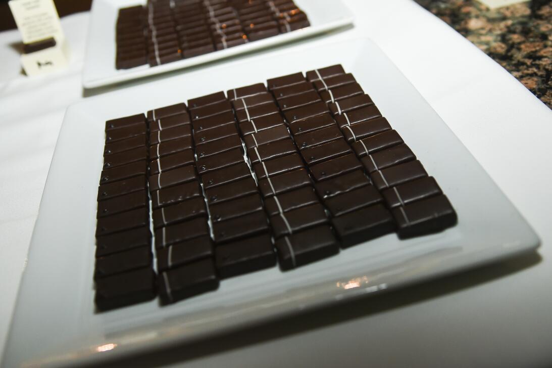 Consumir entre 10 o 20 gramos de chocolate negro rico en cacao al día se...