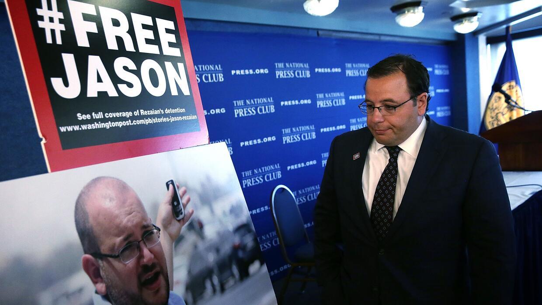 Ali Rezaian observa una foto de su hermano, el jefe de la corresponsalía...