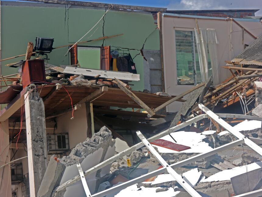 Desesperación y ruinas en la costa ecuatoriana tras el terremoto DSCN209...