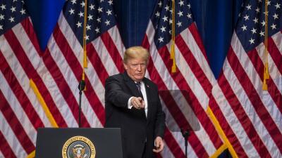 El presidente Donald Trump tras su discurso sobre estrategia de segurida...