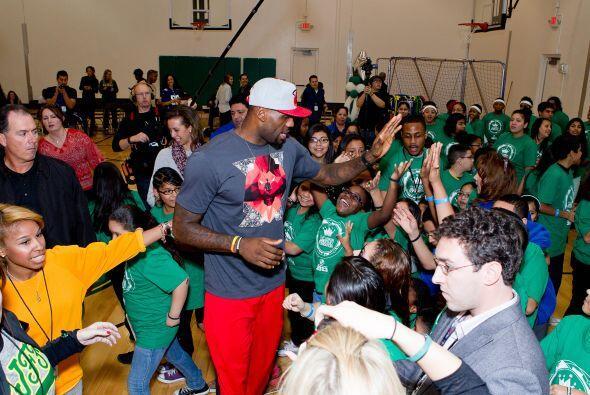Los niños quedaron encantados por la presencia del campeón.