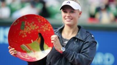 Caroline Wozniacki con el plato de campeona de Tokio.