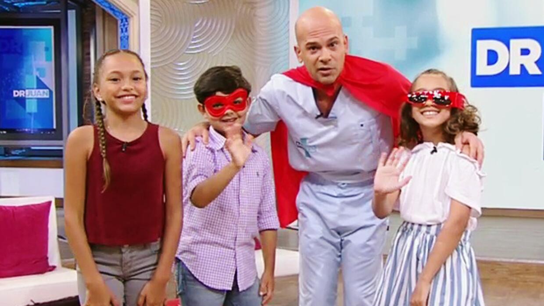 Nuestros niños disfrazaron al Dr. Juan de superhéroe porque les ayuda a...