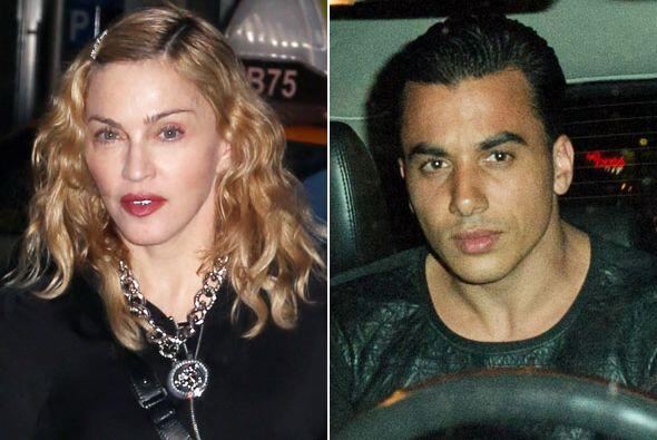 """Madonna se consiguió un nuevo """"boy toy"""". Mira aquí los videos más chismo..."""