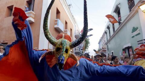Una comparsa popular desfila durante la inaguración de las Fiesta...