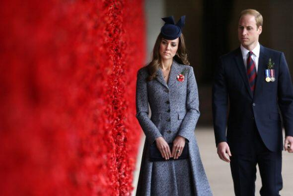 Kate Middleton y el príncipe William caminan a lo largo del memorial de...