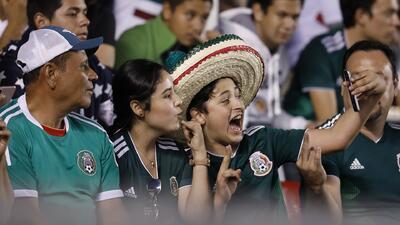 ¡Lamentable! Afición tricolor desquita frustración contra seguidores de La Roja