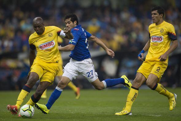 Tras el gol del colombiano Aquivaldo Mosquera, el portero Moisés...