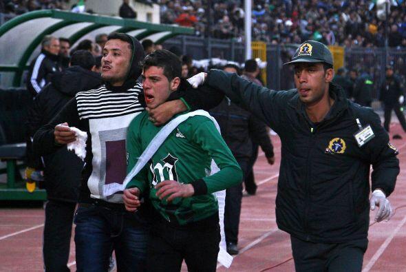 1 de febrero. Una avalancha en el estadio de fútbol de Port Said, Egipto...