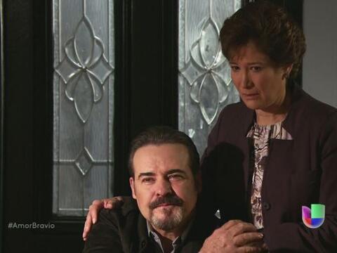 Dionisio le dice a su esposa que hizo bien en quedarse a su lado, en est...