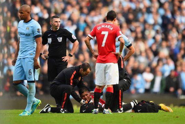 Y la suerte estaba en contra del United. Marco Rojo lucía tirado en el c...