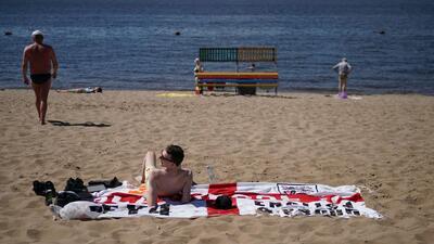 Vacaciones bajo el sol y en la playa en Samara de los fanáticos de Inglaterra y Suecia