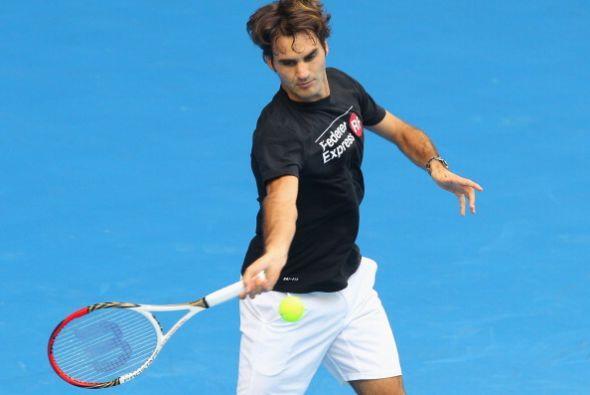 El suizo Roger Federer tuvo una lesión en la espalda en Doha, pero esper...