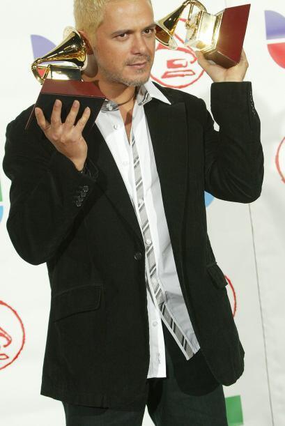 8. OMG! En 2005 Alejandro Sanz se mostró como nunca, ¡con el pelo rubio!...