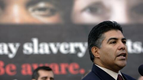 Tony Cárdenas pronunció un discurso ante un grupo de reporteros durante...