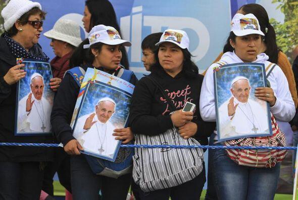 Fieles con carteles alusivos al Papa llenaron la Plaza de la Independenc...
