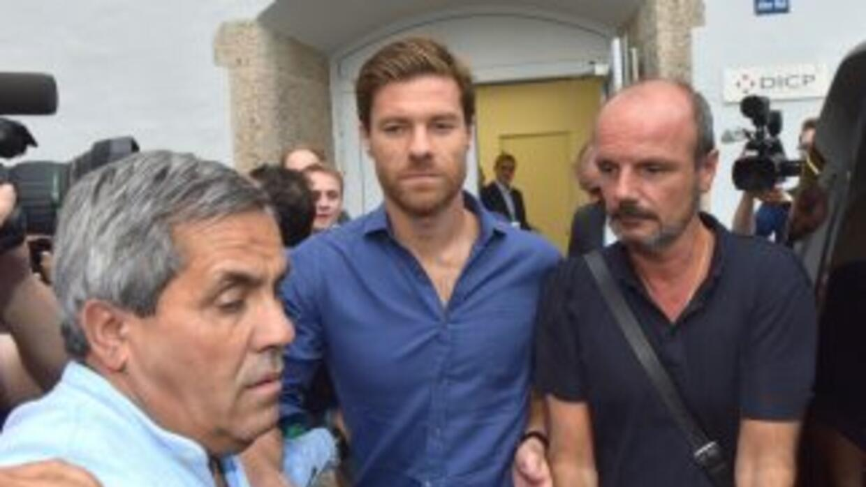 Xabi Alonso al salir de los servicios médicos del Bayern.