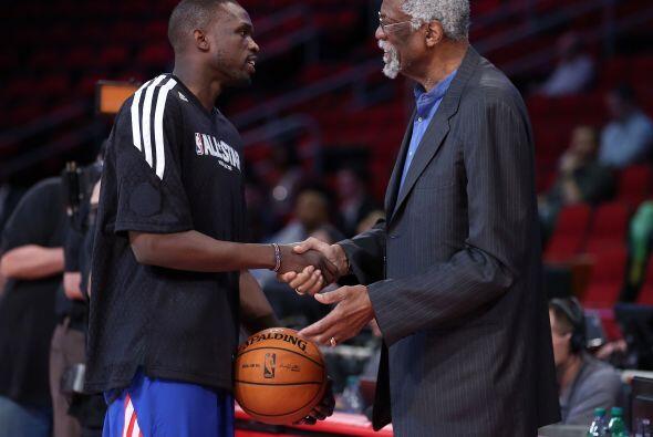 El legendario Bill Russell saludando a las grandes luminarias de la NBA.