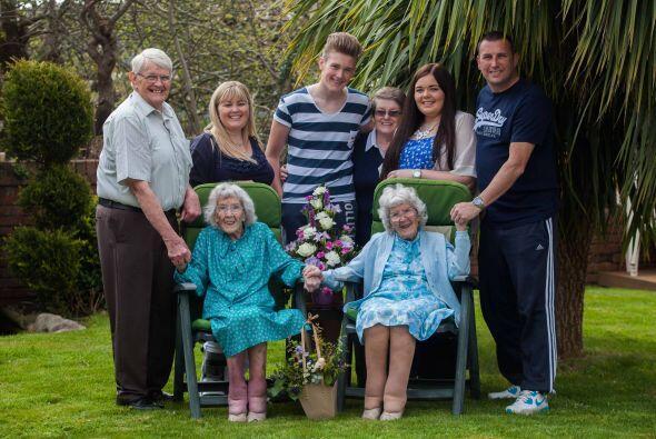 Ambas celebraron su siglo de vida, en una casa de cuidado en Exmouth, De...
