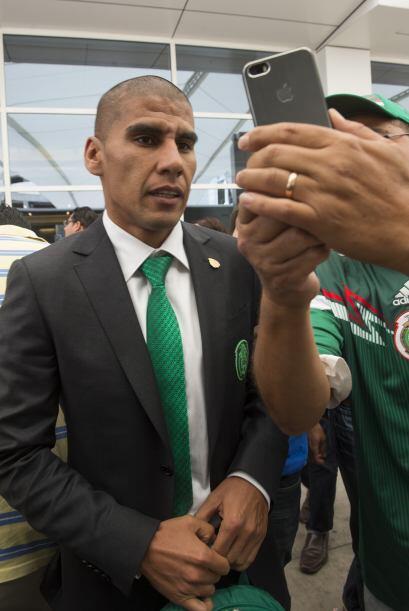 Carlos Salcido atendiendo a los fans, viviendo con mucha alegría su últi...