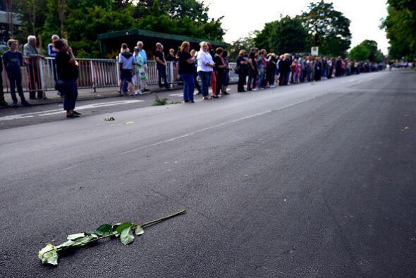 A su paso, los estudiantes lanzaron flores blancas.