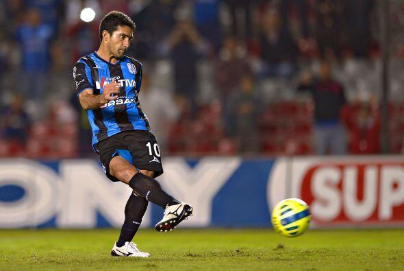 El juez decidió marcar penal a favor del Querétaro pese a que la jugada...