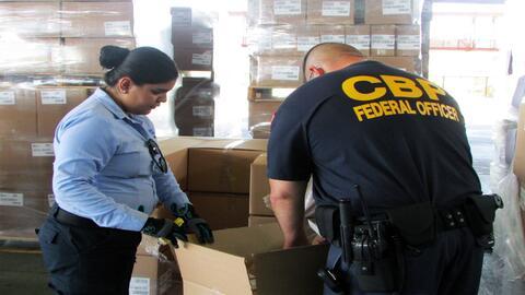 Oficiales de CBP en Arizona trabajando con autoridades mexicanas en la i...