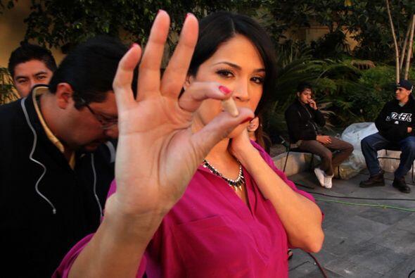 Con este pequeño aparatito Karla Martínez recibe instrucciones ¡de todo!