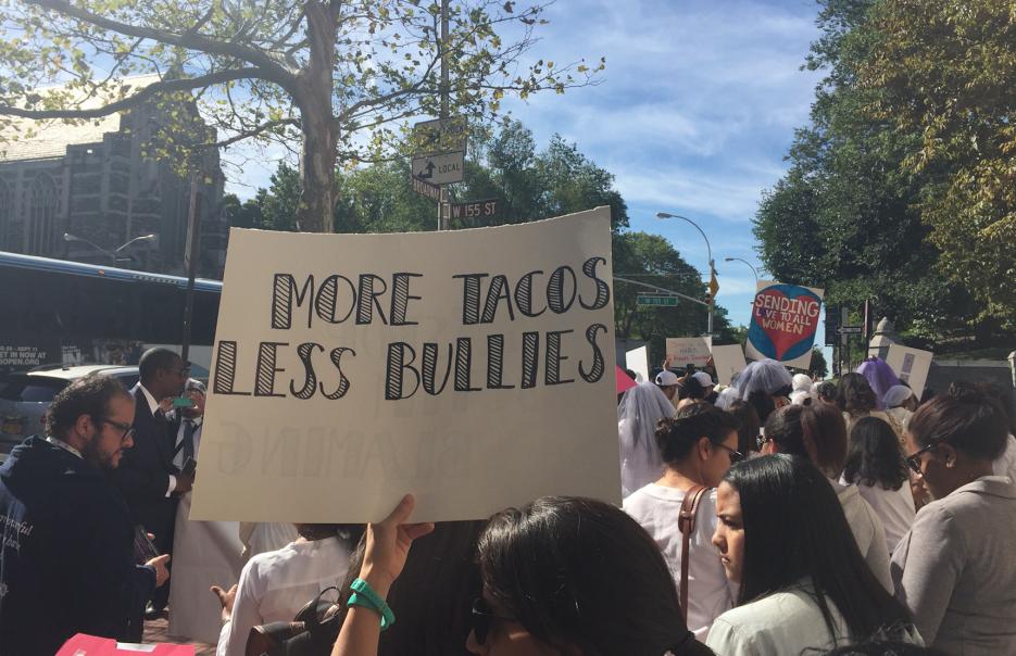 """Cientos participaron de la marcha y algunos llevaron mensajes como """"Más..."""
