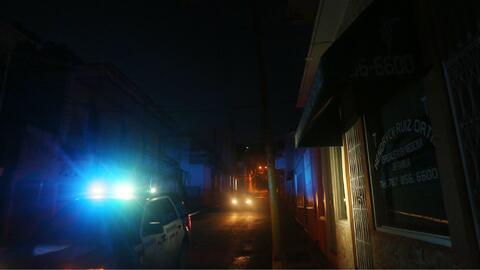 Una patrulla de la Policía recorre calles del municipio de Yauco...