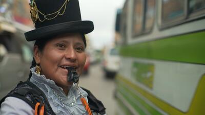 Todas las cholitas son luchadoras: guardia de tránsito