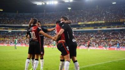 Atlas celebrando uno de los goles de su victoria sobre Jaguares de la jo...