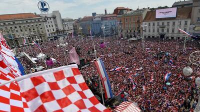 En fotos: multitudinario recibimiento a Croacia en una Zagreb vestida de rojo y blanco