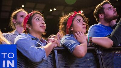 Dos simpatizantes latinas de Sanders le escuchan este sábado en Texas