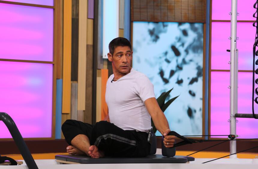 Johnny Lozada hace yoga en Despierta América