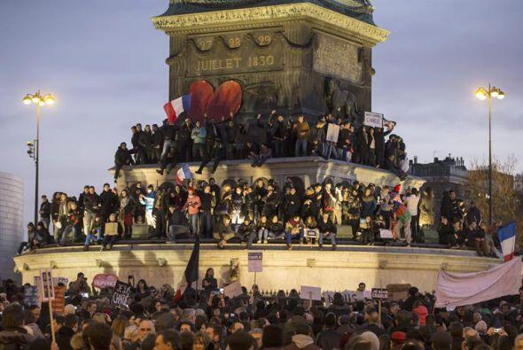 Estos otros manifestantes escalaron el monumento en la Plaza de la Basti...