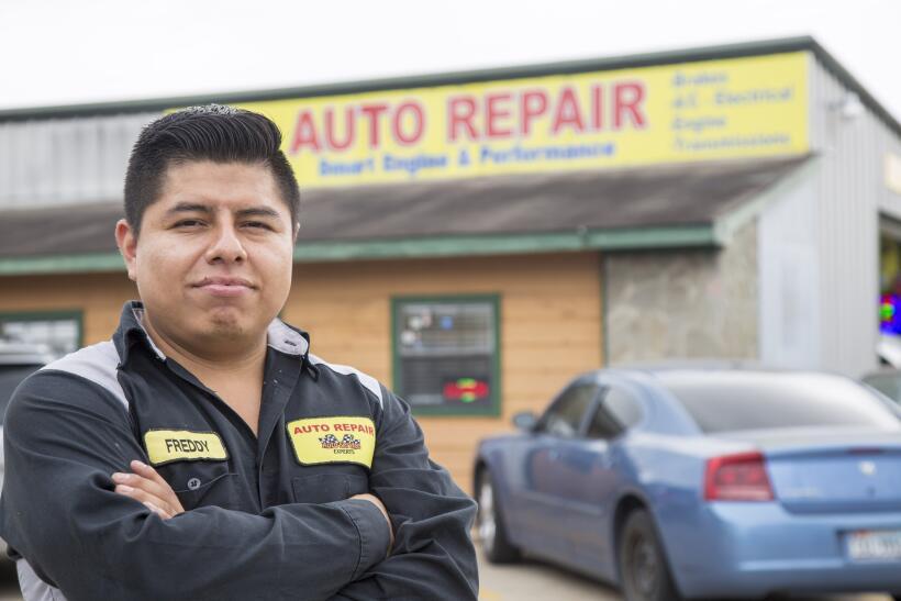 Freddy Avan, de 28 años, cerró este lunes su negocio de mecánica automot...