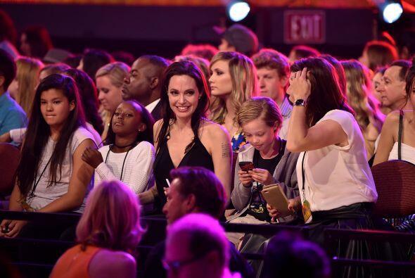 Angie en el público con sus hijas.