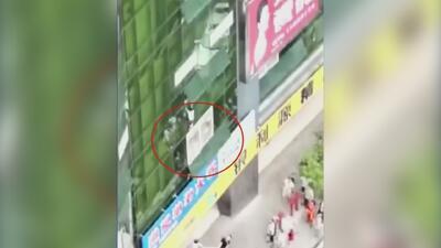 En video: Niño cae al vacío desde lo alto de un edificio en China