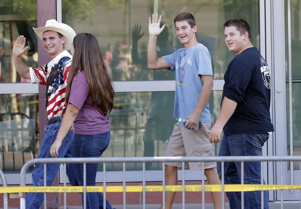 Simpatizantes del presidente entran al centro de convenciones de Phoenix.