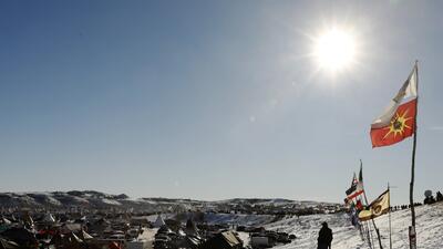 """En fotos: La """"victoria del agua"""" de las tribus nativas que impidieron el paso de un oleoducto por Dakota del Norte"""