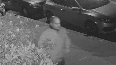Autoridades buscan a un delincuente armado que finge ser policía en Queens