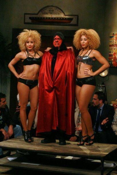 Y como si lo hubieran invocado apareció acompañado de dos diablitas.