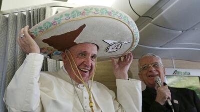El papa Francisco se pone un sombrero mexicano a bordo del avión...