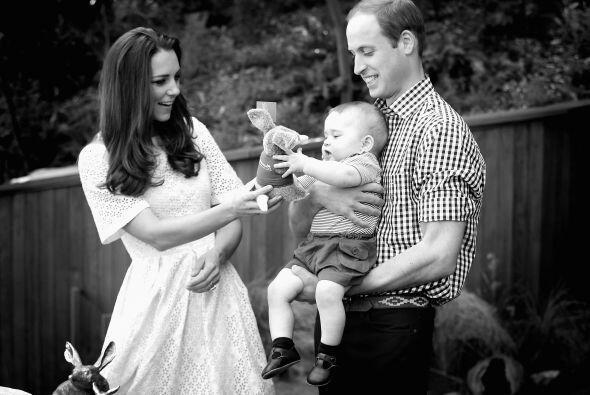 Tanto William como Kate no dejaban de hablarle con amor y hacerle cariñi...
