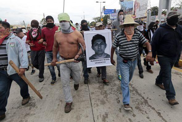 Centenares de personas marchan en Acapulco, Guerrero, en protesta por lo...